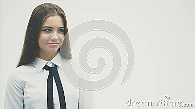 Überzeugt in einer jungen Geschäftsfrau Das Tragen eines weißen Hemdes schaut sorgfältig zur Seite Getrennt auf einem wei?en Hint stock footage