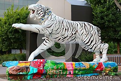 美丽的白色手画老虎雕象