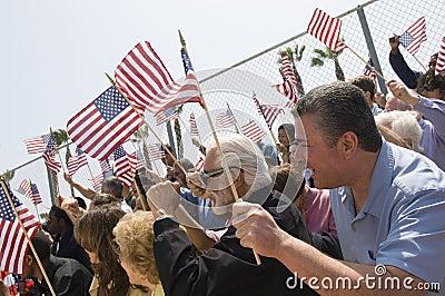 拿着美国国旗的人人群
