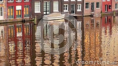 Łódź parkuje w domu na wodzie zdjęcie wideo