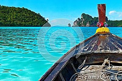 Łódź w morzu z Phi Phi wyspy