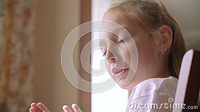 Ładna dziewczyny rozmowy głowy zbliżenia czasu wolnego aktywność zbiory wideo