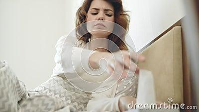 Ładna kobieta ma kaszlowego lying on the beach w łóżku Chora kobieta dostaje gardła zimno zbiory