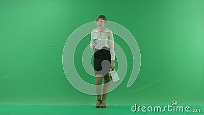 Ładna zakupy kobieta pije kawę od papierowej filiżanki z torba na zakupy Żeński kupującego mienia torba na zakupy przód zbiory wideo