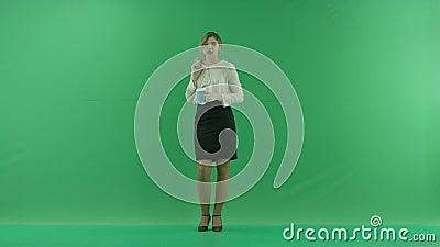 Ładna zakupy kobieta pije kawę od papierowej filiżanki z torba na zakupy Żeński kupującego mienia torba na zakupy przód zdjęcie wideo