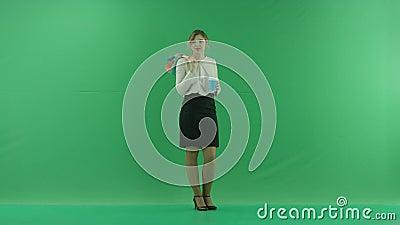 Ładna zakupy kobieta pije kawę od papierowej filiżanki z torba na zakupy Żeński kupującego mienia torba na zakupy przód zbiory