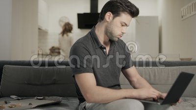Ładny kobiety kładzenia czajnik przy ranek kuchnią Śpiącego mężczyzny końcowy notatnik zdjęcie wideo