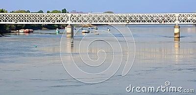 łodzie przerzucają most nad małym