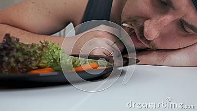 Łysy gruby wegetarianin niechlujnie je sałatkę Prawidłowe odżywianie, zdrowy tryb życia zbiory