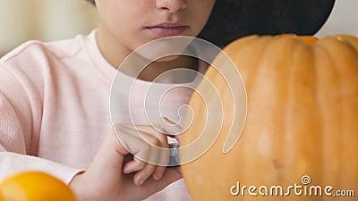 Śliczna dziewczyna obrazu dźwigarki bania, przygotowanie dla Halloweenowego wigilii przyjęcia, tajemnica zbiory
