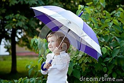 Śliczna mała dziewczynka z parasolem
