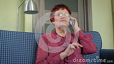 Śliczna starsza kobieta opowiada na telefonie babcie zbiory