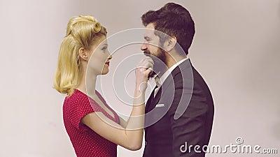 ?liczny m??czyzna i kobieta jest ubranym modnych retro rocznik?w ubra? starego styl ?adna para ubieraj?cy rocznik odziewa robi? ? zbiory wideo