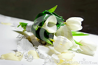 Ślubny bukiet biali kwiaty