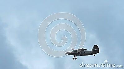Śmigłowy samolotu latanie w niebie