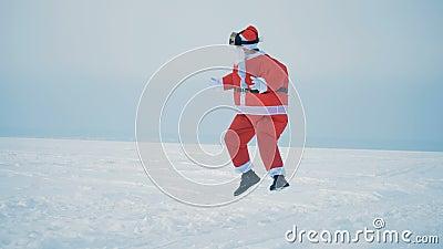 Śnieżny teren i św. Mikołaj skaczący w okularach VR zbiory