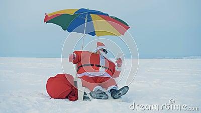 Śnieżny teren z Mikołajem rozmawiającym na wideofonie zdjęcie wideo