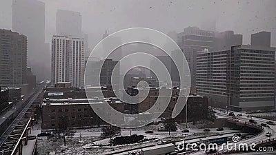 Śnieg spada w Chicagowskiej ` s Zachodniej pętli z widokami ruch drogowy