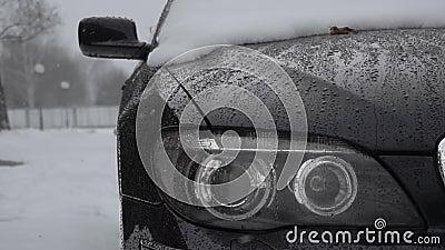 Światło główne zamyka się podczas śniegu w zimowym dniu Złe warunki pogodowe dla ruchu, śnieżyca Niebezpieczeństwo podróży zbiory