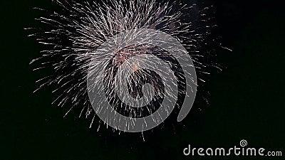 Świetlne fajerwerki z bokeh światła na nocnym niebie błyszczący pokaz fajerwerków Nowoletnie świętowanie fajerwerków ogień wielob zbiory