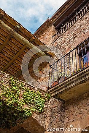 农村房子的传统fassade木拉中世纪镇的在东北西班牙