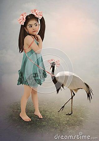 有长的头发和桃红色弓的小女孩在皮带收留鸟,闺女起重机.图片