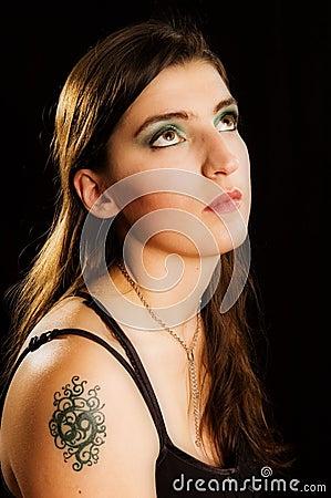 如果妇女的长的查找的纵向祷告俏丽的s肩膀纹身花刺.