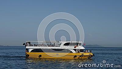 Żółci statku promu ludzie na ląd w cieśninie Bosporus zbiory wideo