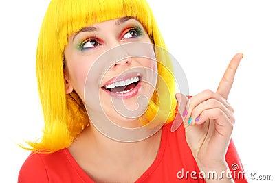 Żółta włosiana kobieta wskazuje up