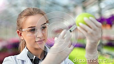 Żeński biologia badacz bada pożytecznie skład w zielonej jabłczanej używa strzykawce w górę zdjęcie wideo