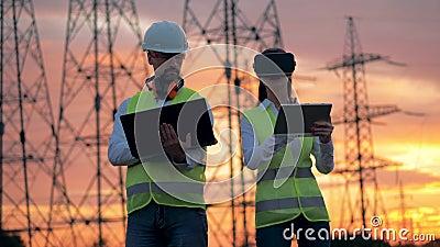 Żeński inżynier Jest ubranym VR słuchawki dyrekcyjnego projekt budowlanego Futurystyczny rzeczywistości wirtualnej pojęcie zdjęcie wideo