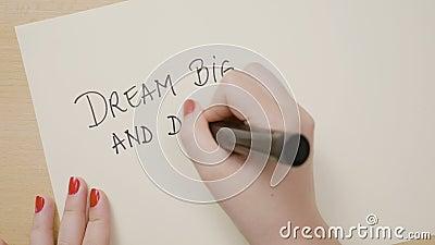 Żeńskie ręki pisze wymarzony dużym i wyzwanie nie udać się okrzyka punktu motywacyjną wycena na białym papierze z czarnym markier zbiory wideo
