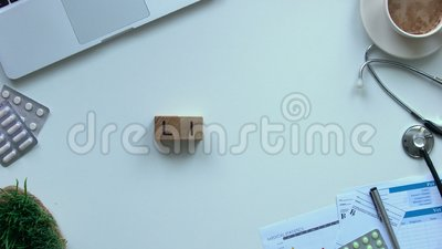 Życia słowo komponujący drewniani sześciany kobiety lekarki ręką, zabawkarski kierowy łgarski pobliski zdjęcie wideo