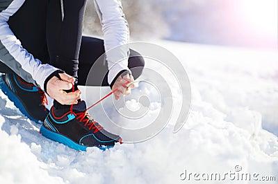 跑步在冬天自然的人图片