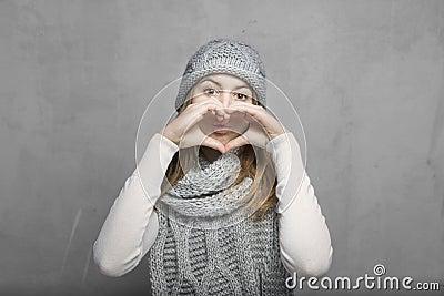 青少年的女孩和心脏标志