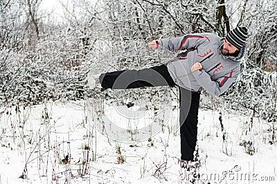 一个人向体育运动求助在冬天户外.图片