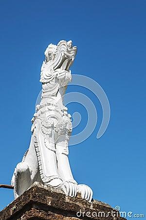 在寺庙门的狮子雕塑