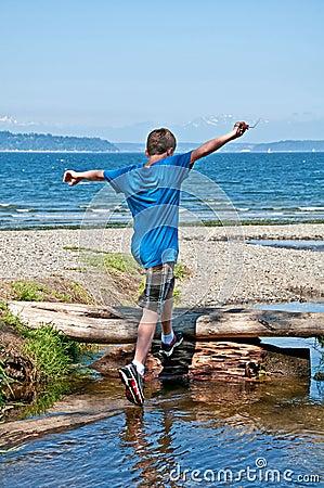 使用在海滩的十三岁的男孩