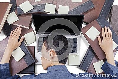 睡觉与膝上型计算机的男性大学生图片