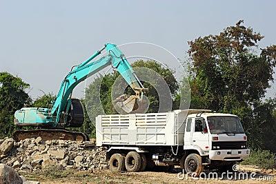 挖掘机挖石头装车的技巧