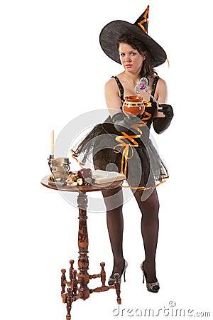 万圣节巫婆服装的女孩准备魔药