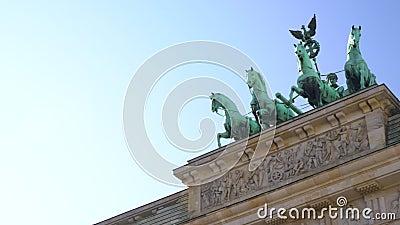 Άγαλμα γνωστό ως Quadriga, θεά της νίκης στην Πύλη του Βραδεμβούργου, Βερολίνο, Γερμανία φιλμ μικρού μήκους
