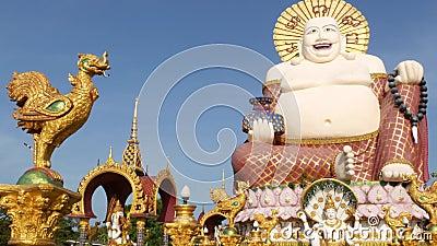 Άγαλμα Hotei έξω από το βουδιστικό ναό Παραδοσιακό ευτυχές γλυπτό Hotei που βρίσκεται στο ναυπηγείο της λάρνακας βουδισμού ενάντι απόθεμα βίντεο