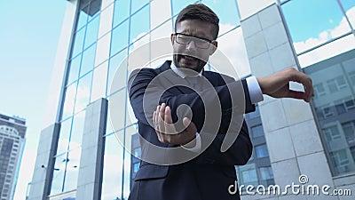 Άνδρας με στολή και νιώθει οξύ πόνο στον αγκώνα, φλεγμονή στις αρθρώσεις, αρθρίτιδα απόθεμα βίντεο