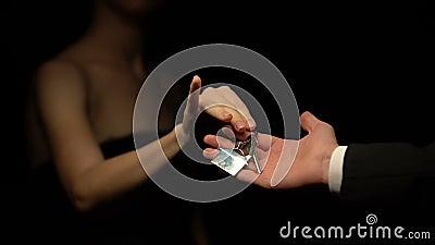 Άνδρας που δίνει τα κλειδιά γυναικών με το σπίτι keychain, παρόν για την κυρία, εξαπάτηση απόθεμα βίντεο