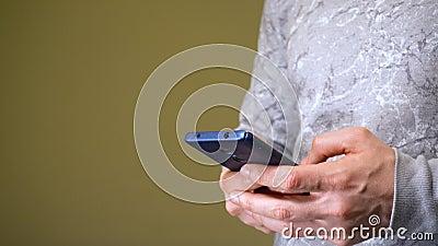Άνδρας που εργάζεται σε smartphone ή ψάχνει κάτι στο διαδίκτυο απόθεμα βίντεο