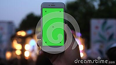 Άνδρας που κρατά βίντεο για σκοποβολή smartphone στο φεστιβάλ απόθεμα βίντεο