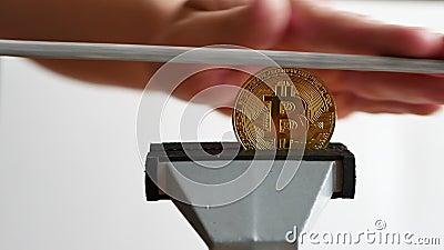 Άνδρας που οξύνει το χρυσό νόμισμα του bitcoin με κρυπτογράφηση που έχει αντιστοιχιστεί με το αρχείο έννοια πλαστογράφησης νομίσμ φιλμ μικρού μήκους