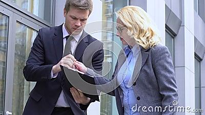 Άνδρας υπάλληλος που δίνει στη γυναίκα αφεντικό να υπογράψει σημαντικό συμβόλαιο σε εξωτερικό χώρο, επείγον φιλμ μικρού μήκους