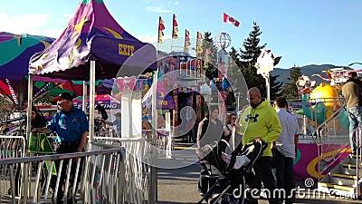 Άνθρωποι που έχουν τη διασκέδαση στις διασκεδάσεις καρναβάλι δυτικών ακτών απόθεμα βίντεο